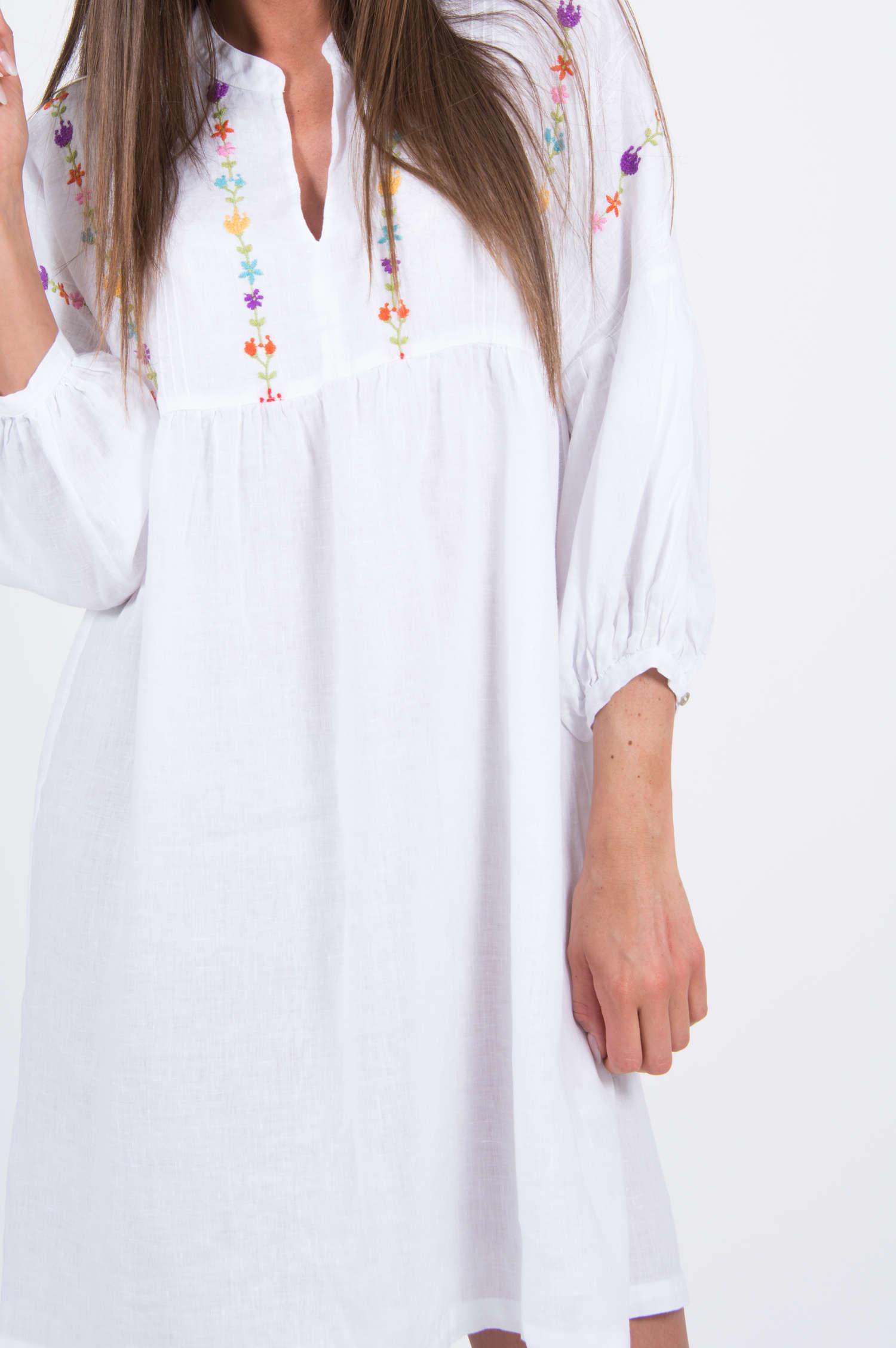 kleid mit stickereien in weiß