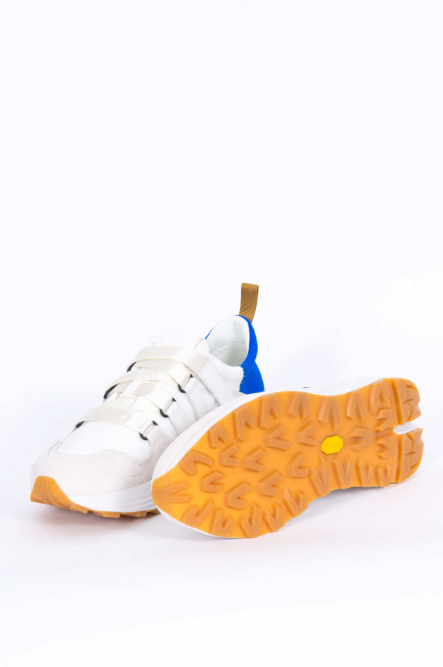 Closed Sneaker mit Kontrast-Ferse in Weiß/Blau