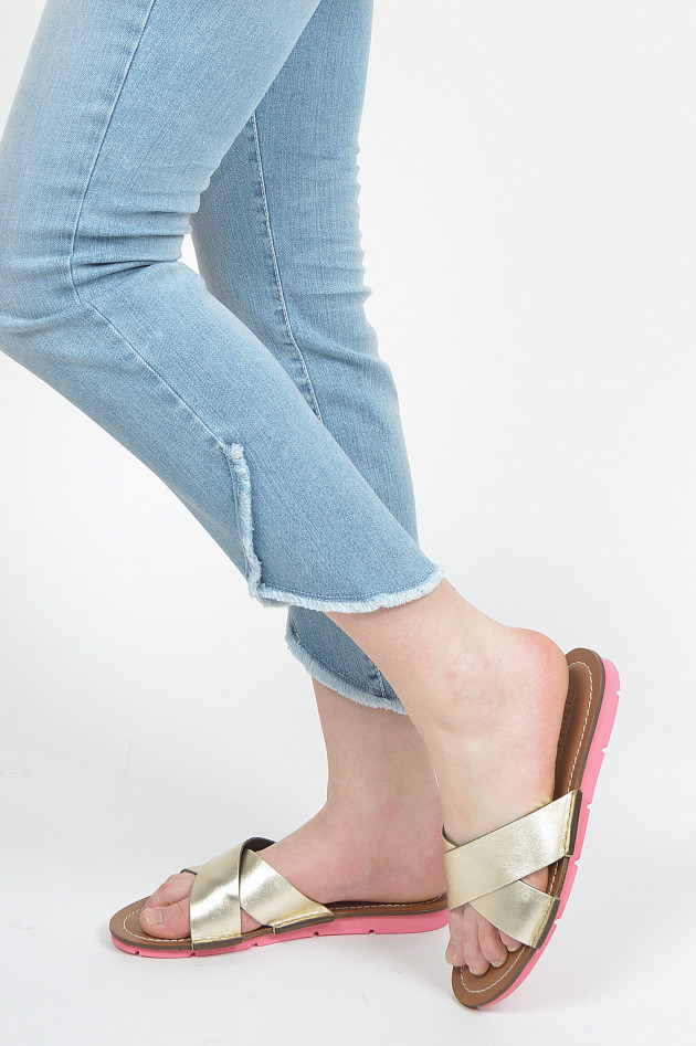 Sandale mit gekreuzten Riemen in Gold/Pink