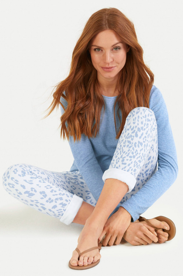 Juvia Slim Fit Sweatpants im Leo-Design in Weiß/Hellblau