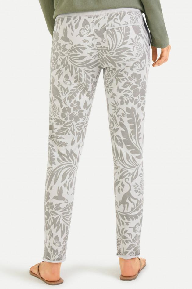 Juvia Sweatpants im Jungle-Design in Grau/Khaki
