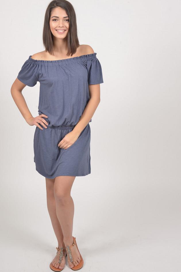 gr ner online shop juvia kleid mit carmenausschnitt in blau. Black Bedroom Furniture Sets. Home Design Ideas