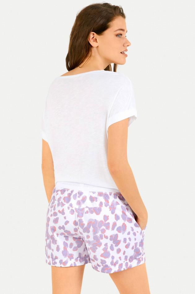 Juvia Shorts im Leo-Design in Weiß/Lavendel