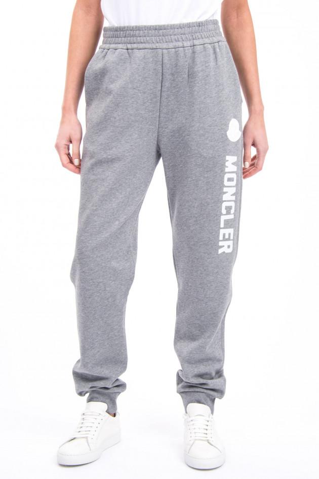 Moncler Jogging-Hose mit Schriftzug in Grau