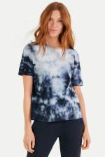 T-Shirt im Batik-Design in Navy/Weiß