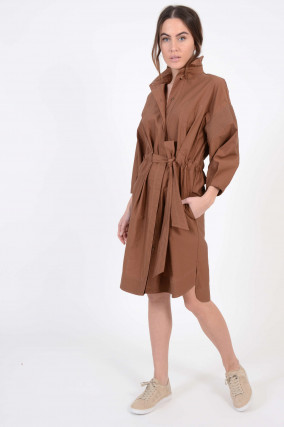 Kleid mit Schmucksteinkette in Braun