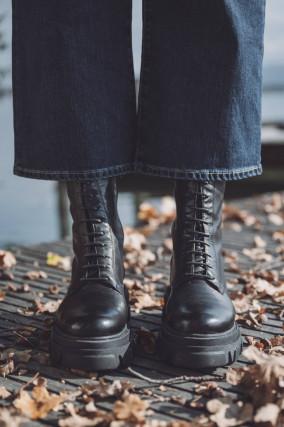 Chunky Boots mit Schnürung in Schwarz