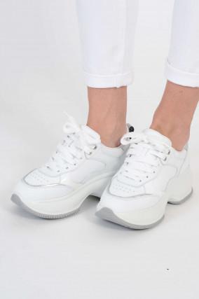 Sneakers mit Plateau und silbernen Akzenten in Weiß