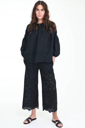 Weite Hose mit Lochstick in Schwarz