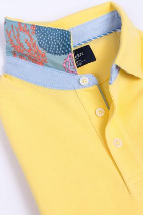 Poloshirt mit dezentem Korallenmuster in Gelb