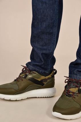 Sneakers in Oliv gemustert